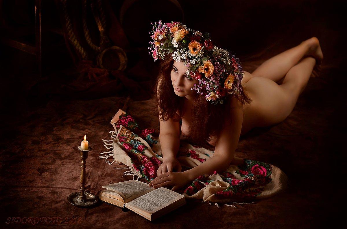 немного картинности. девушка  в венке за прочтением книги - Юрий Сидоров