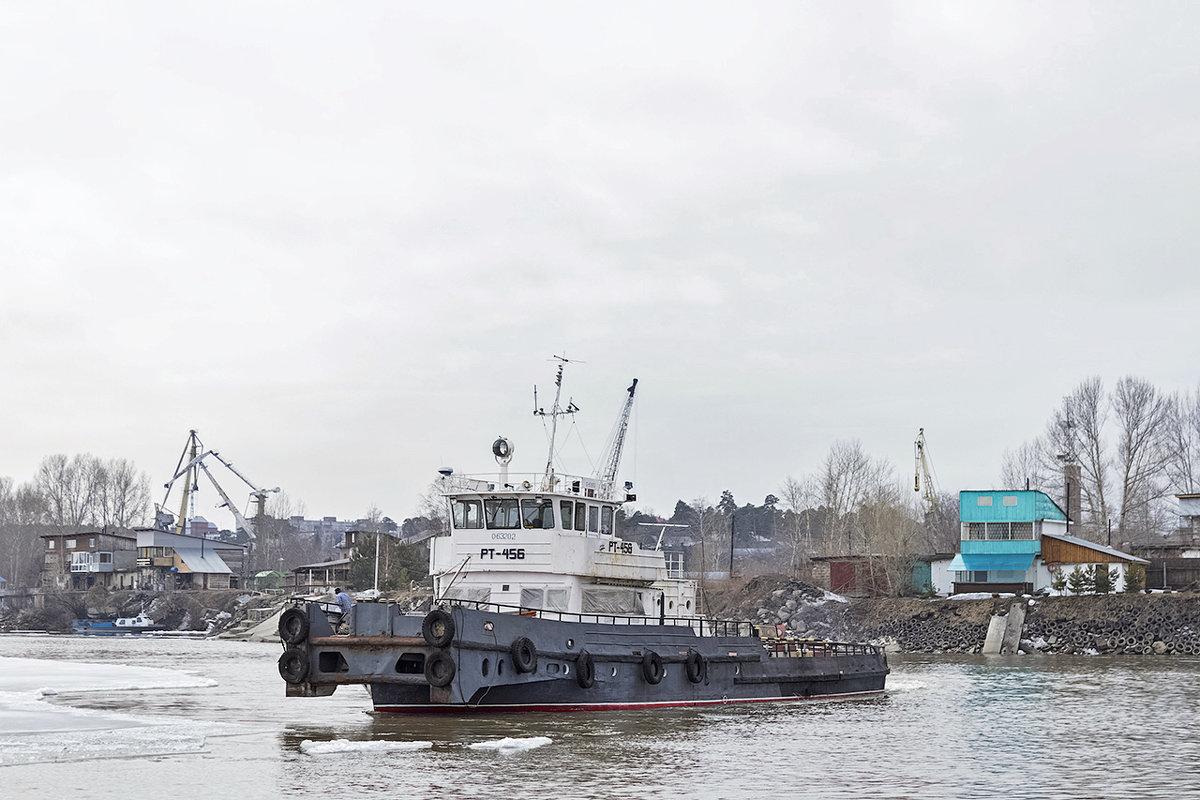РТ-456 на обколке льда около понтонного моста - Иван Зарубин
