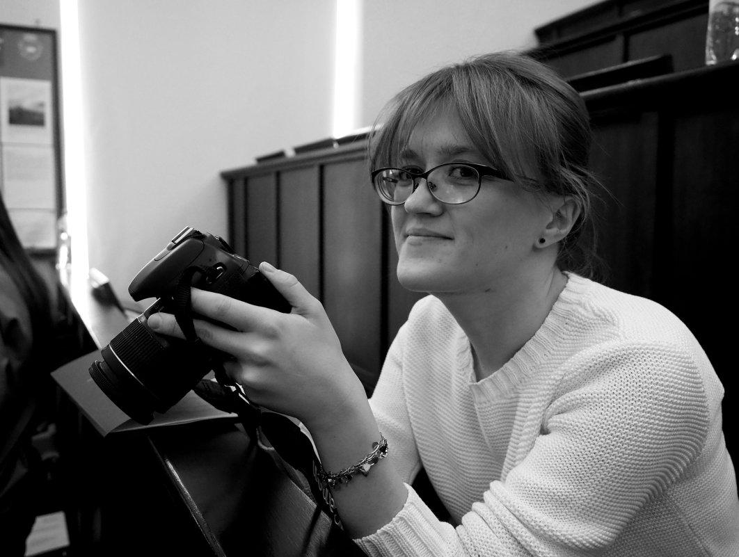 Портрет девушки с фотоаппаратом - Михаил Зобов