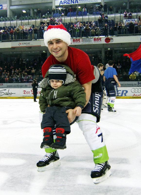Мой внук Томас на руках  у канадского хоккеиста... - backareva.irina Бакарева