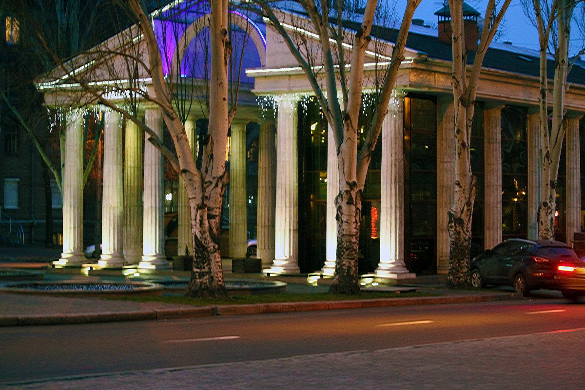 Вечерний вид колоннады. - barsuk lesnoi