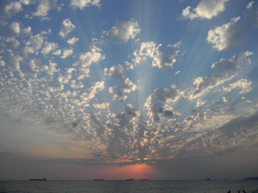 Небесный веер закатных лучей над морем . - Александр