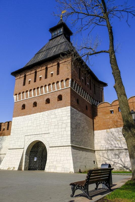 скамейка, чтобы полюбоваться мощью башни Тульского Кремля - Георгий