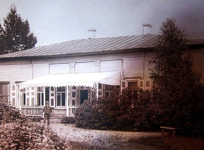 П. И. Чайковский в с. Фроловское у своего дома (1890 г., снимок из интернета) - Юрий Поляков