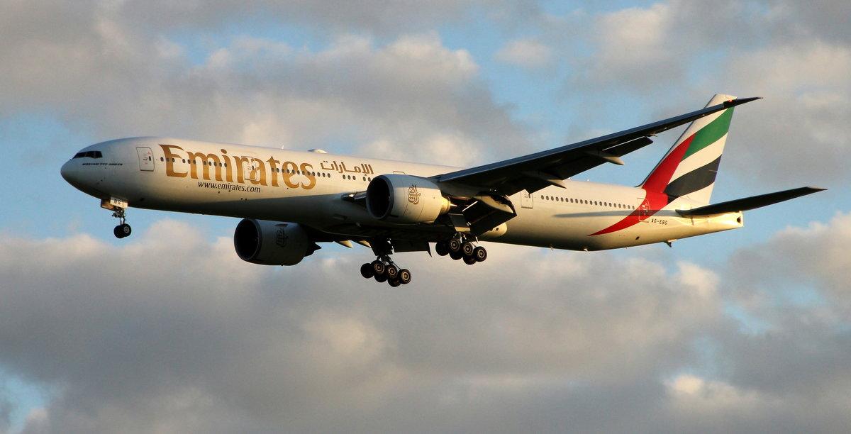 Emirates Boeing 777-300 - ast62