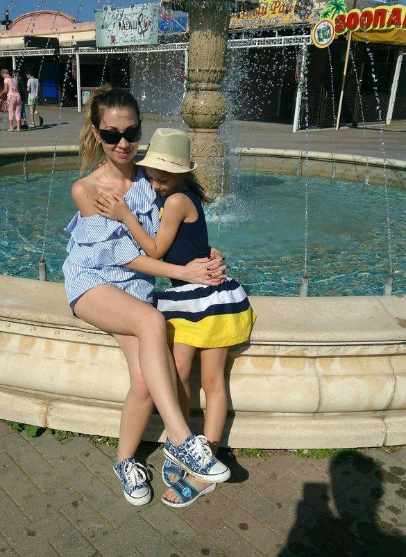 У фонтана - Яна