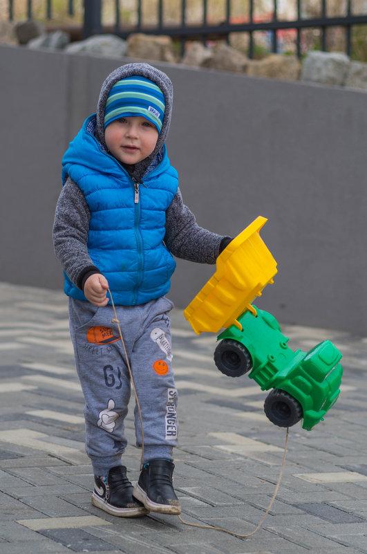 Мальчик на прогулке. - Serge Lazareff