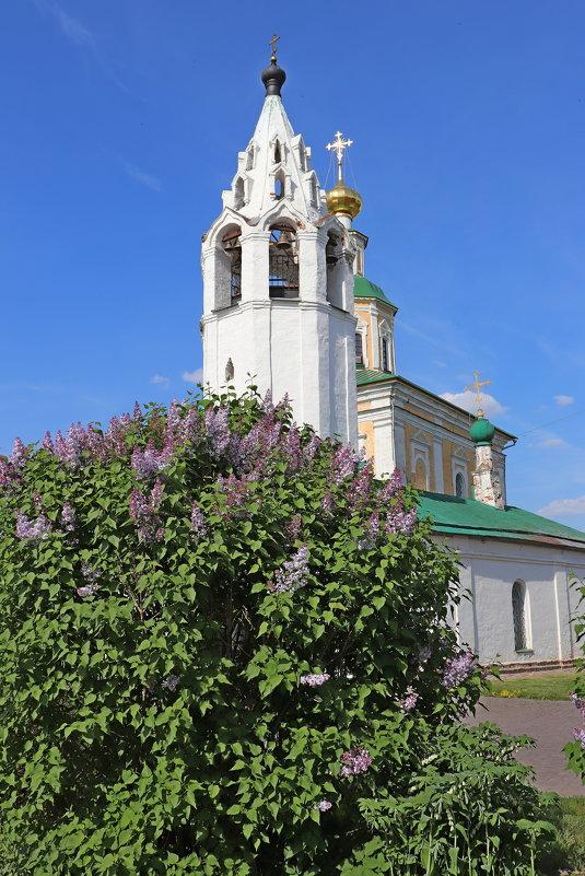 Храм св. Георгия победоносца и сирень. - Andrew