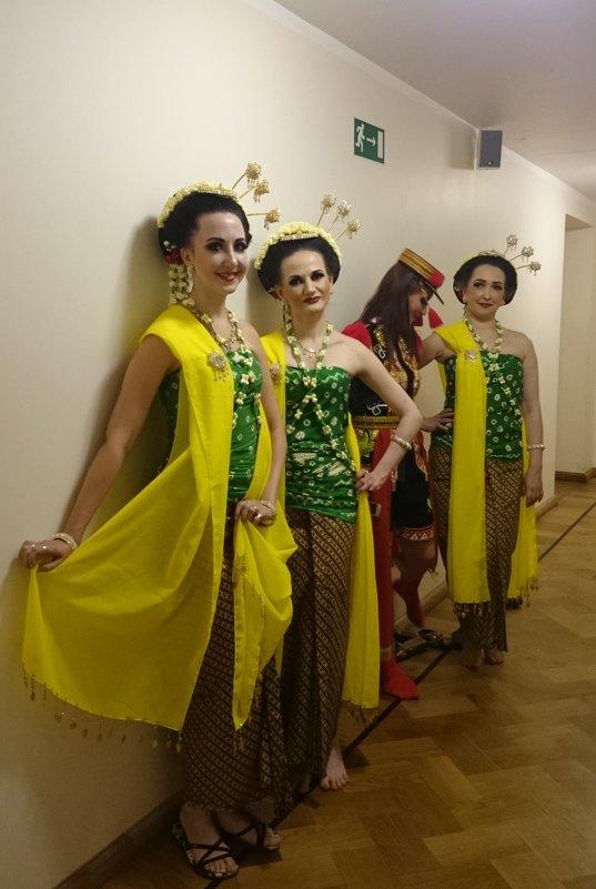 Стоят девчонки, стоят в сторонке, платочки в руках теребя... - Galina194701