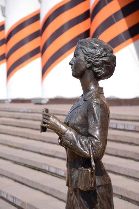 Фрагмент памятника театральному зрителю. - Лариса Вишневская