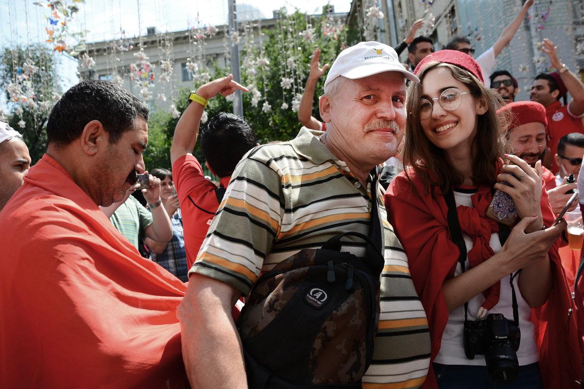 Автопортрет с фанаткой Туниса... - Юрий Яньков