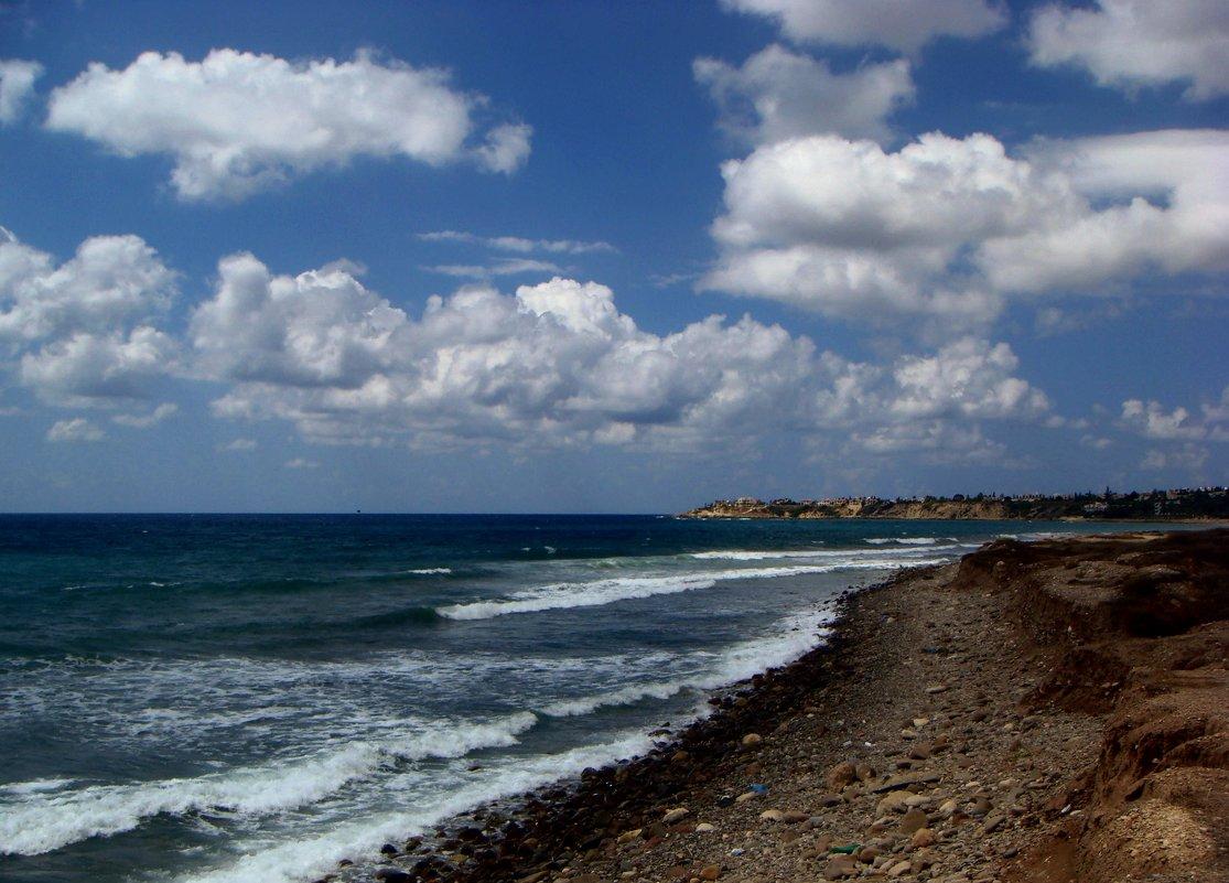 Какую сказку рассказать тебе? О белых облаках, над синим морем?