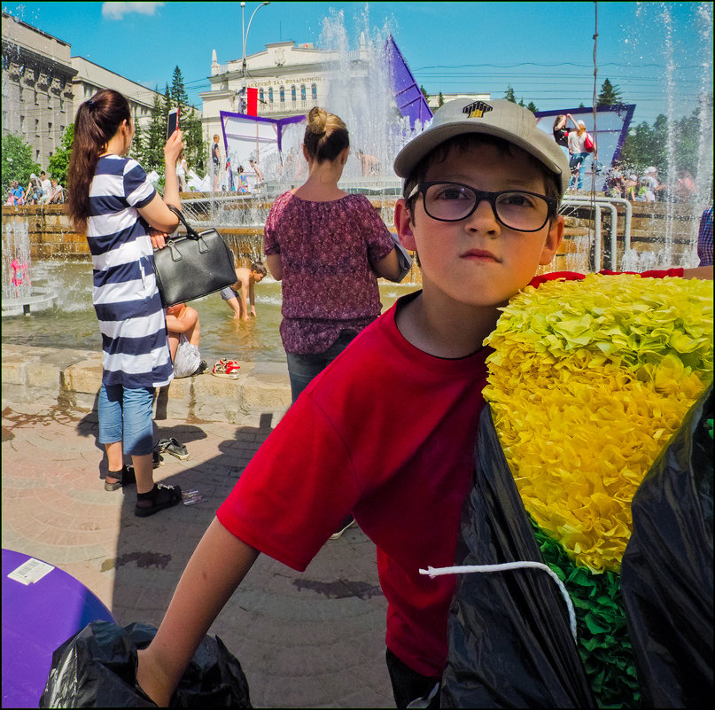 мальчик с жёлтым на фоне фонтана - Андрей Пашис