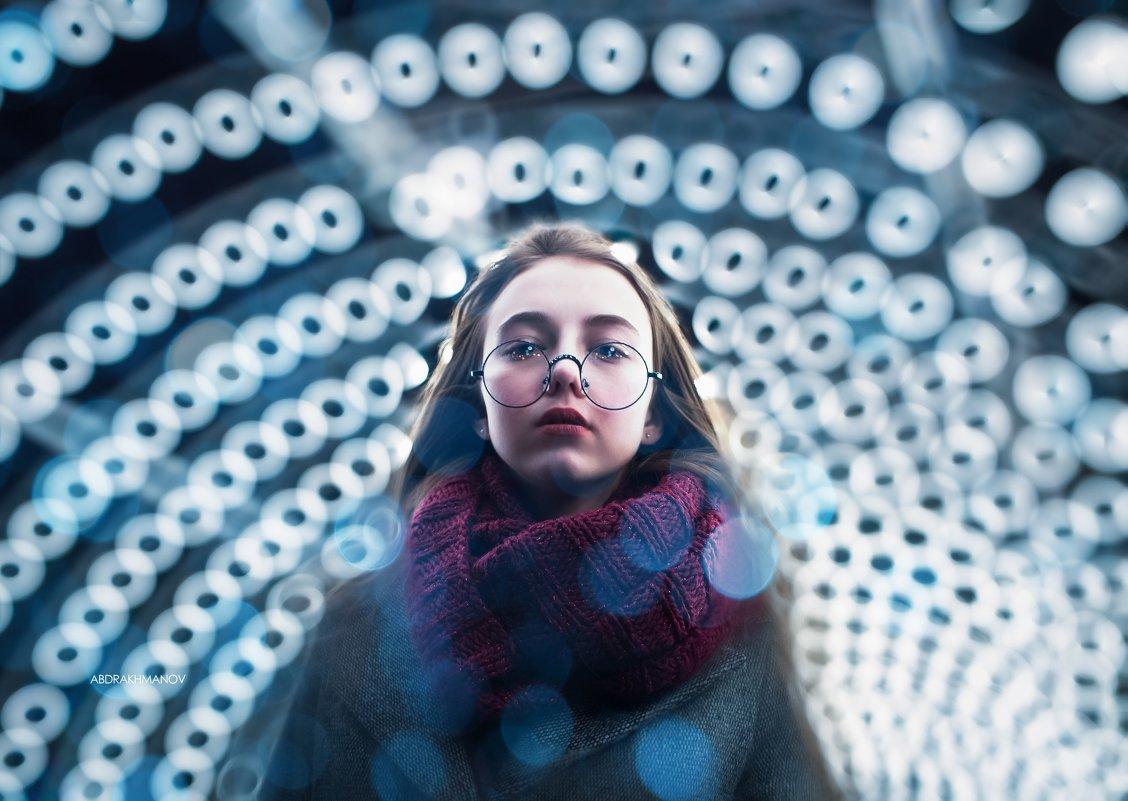 Девушка в очках на фоне расфокусированных огней в Стерлитамаке - Lenar Abdrakhmanov
