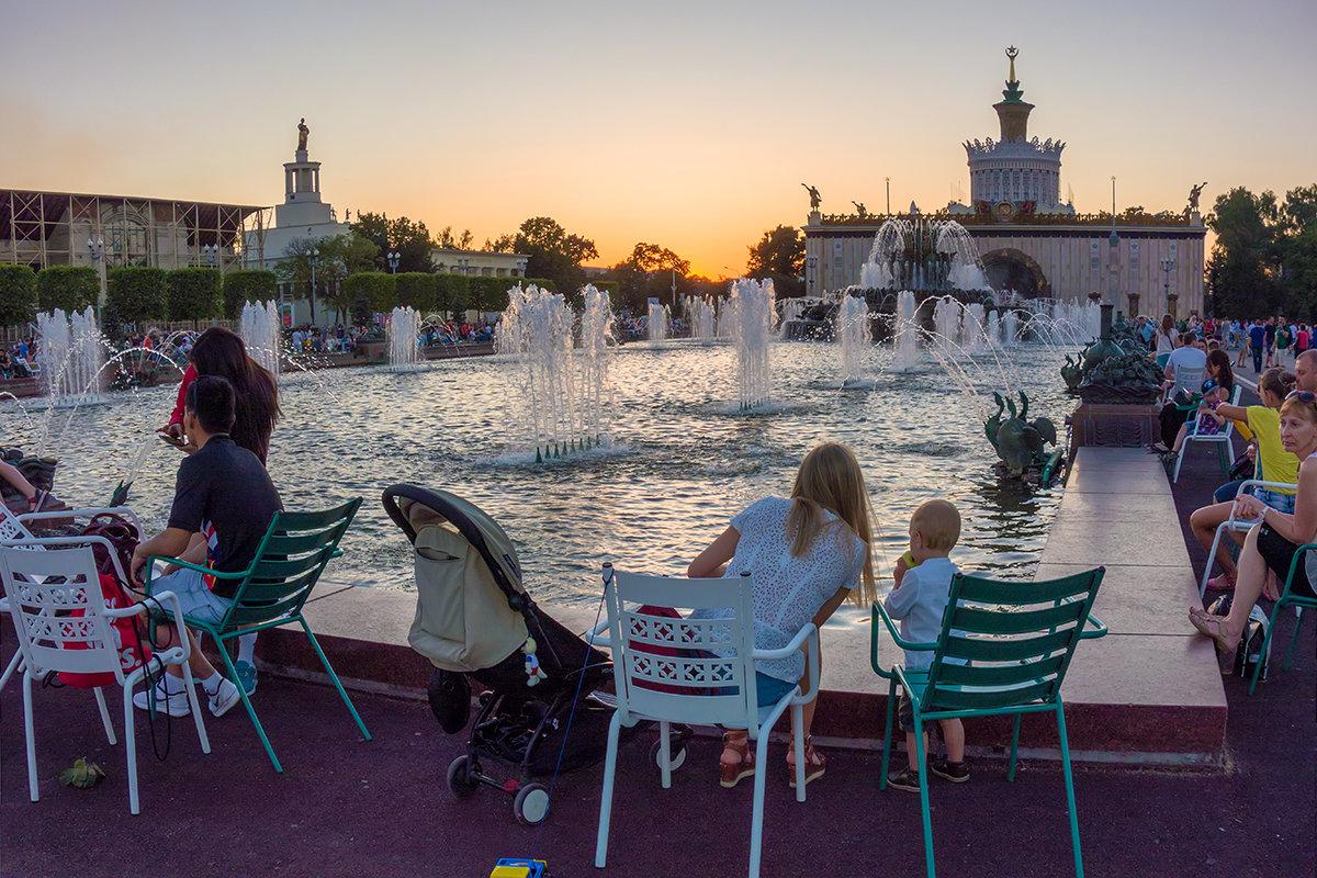 У фонтана - Андрей Шаронов