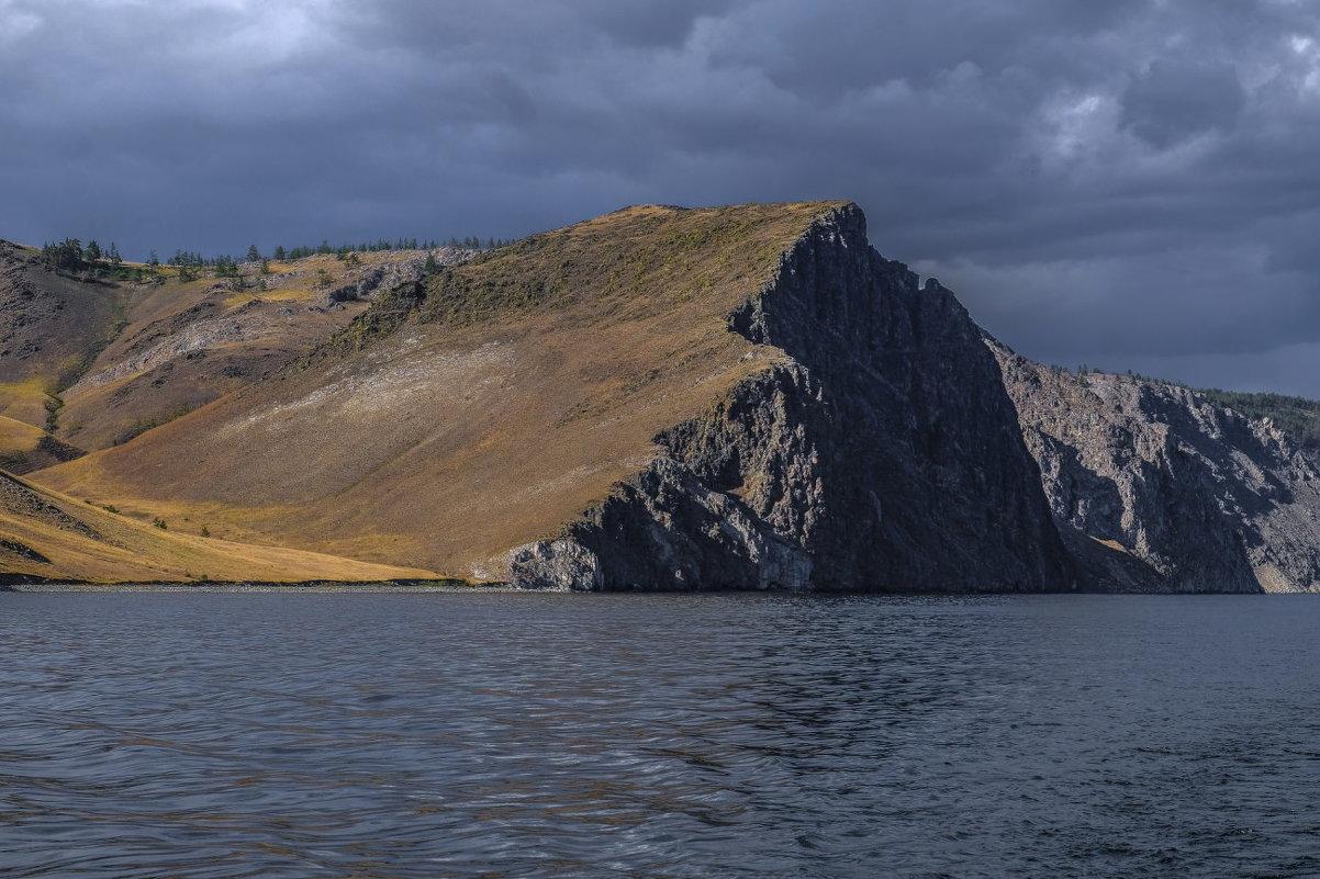 голая природа на скале бухты Ая