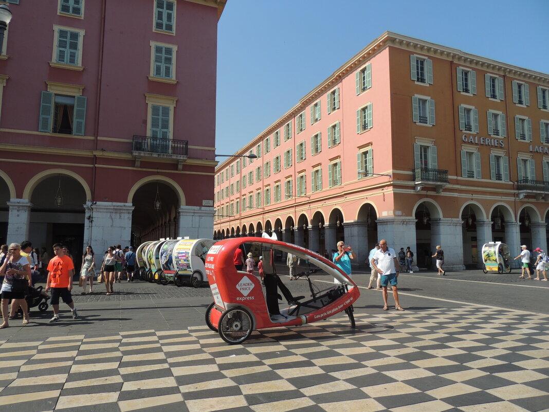 А можно не пешком,а прокатиться на таком вот мотороллере пин..рикша по европейски.. - Гала