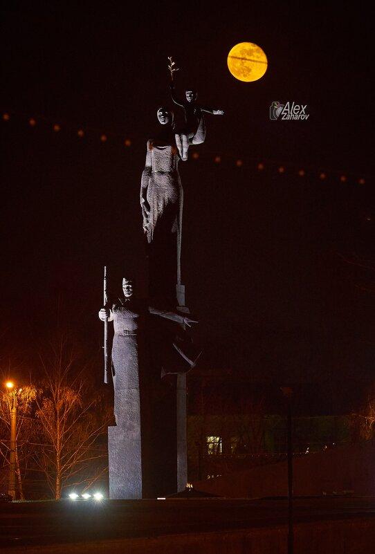 Луна и памятник победы. - Zefir58 Verx