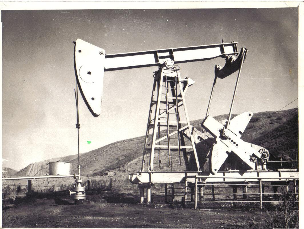 Нефтеная качалка. Из старых черно белых фотографий. - Михаил Столяров