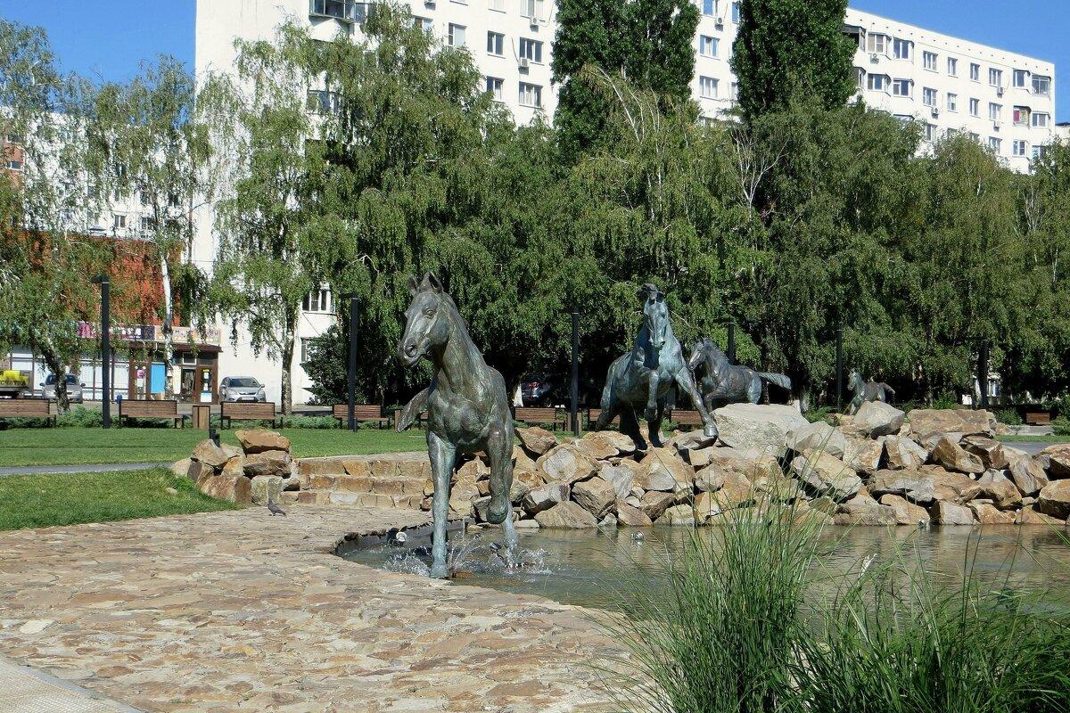 Символ сквера - кони, на перекрестке у дороги из Аксая в станицу Старочеркасскую - Татьяна Смоляниченко