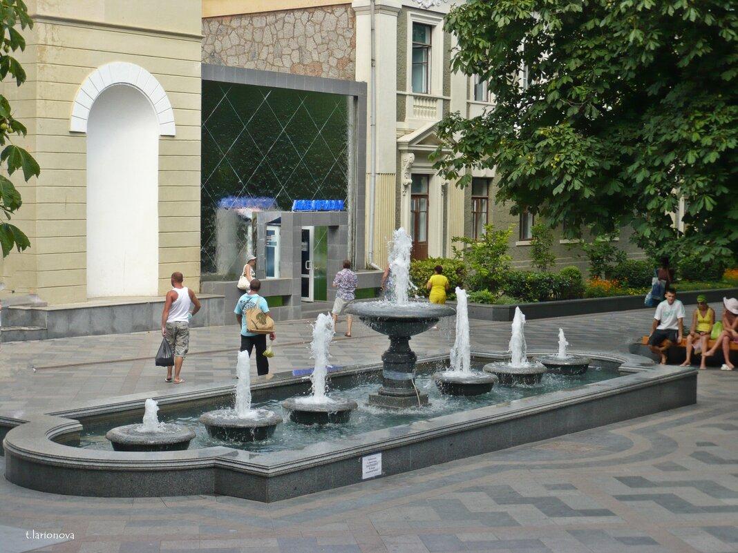 Фонтан возле Ялтинского аквариума - Татьяна Ларионова