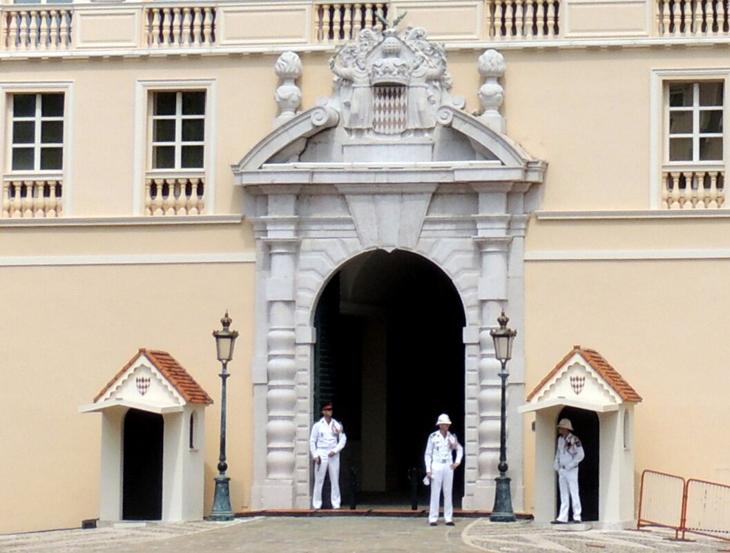 Гвардия Монако в карауле у дворца - Гала