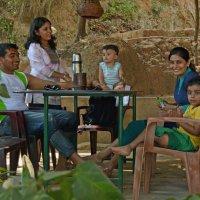 2012 год. Индия. Семья в кафе. Сделали заказ, ждут :: Владимир Шибинский
