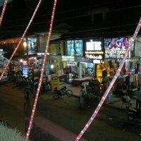 Дозеркалье. Снято Нокиа №8. Индия, вид центральной улицы Калангута из ресторана на 2-м этаже :: Владимир Шибинский