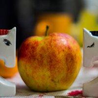 Кони с яблоком :: Юрий Крутский