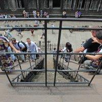 Камбоджа. Ангкор-Ват. Поднимаемся на третьей ярус храма по очень крутой лестнице :: Владимир Шибинский