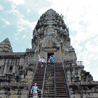 Камбоджа. Наша туристическая группа постепенно возвращается с верхней террасы Ангкор-Вата :: Владимир Шибинский