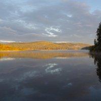 Осеннее утро над озером :: Евгений Дольников