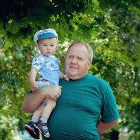 Дед узнает себя во внуке,  Смышленный он такой и прыткий,  Не может дед сдержать улыбки,  Во внуке в :: Михаил Фенелонов