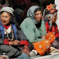 Три буддистки на окне.... Индия  Лама Юру :: Yulia Lyubich