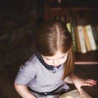 Девочка в библиотеке :: Виктория Дубровская
