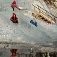 Когда зима ненастоящая, ледяная горка заканчивается лужей :: MVMarina