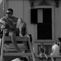 Скучающий спасатель... :: ФотоЛюбка *