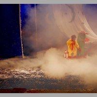 Два клоуна на красном плоту с парусом :: Наталья Золотых-Сибирская