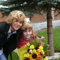 Первоклашка со старшей сестрой :: Алексей Чирков