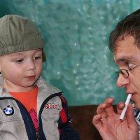 """Кроха сын к отцу пришел и спросила Кроха - """"А курить не хорошо ж?"""" :: Виктор Христинченко"""