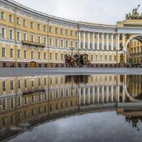 Прогулка по Дворцовой площади :: Valeriy Piterskiy