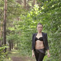 Девушка в лесу :: Дмитрий Догадкин