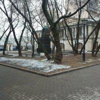 У дома-музея Н.В. Гоголя на Никитском бульваре :: Владимир Прокофьев