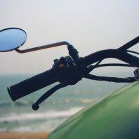 Мотоцикл на берегу океана в Индии :: Анастасия Кононенко