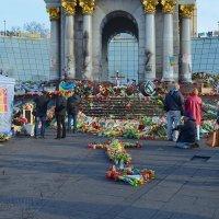 Цветы погибшим у монумента Независимости Украины :: Валентина Данилова
