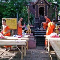 Таиланд. Чанг-Май. Ребята-монахи украшают монастырь к празднику :: Владимир Шибинский