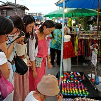 Таиланд. Чанг-Май. Китайские девушки-туристки у прилавка :: Владимир Шибинский