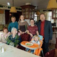 8 марта с семьей в ресторане :: Alexandr Яковлев