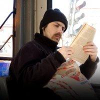 парень, читающий в трамвае :: sv.kaschuk