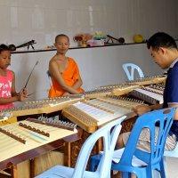 Таиланд. Чанг-Май. Девочка играет чудесную музыку со своим учителем в монастыре :: Владимир Шибинский